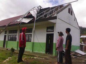 Atap MTsN Jagong yang dihayak angin, Minggu 16 Juni 2013. (LGco | Mahbub)