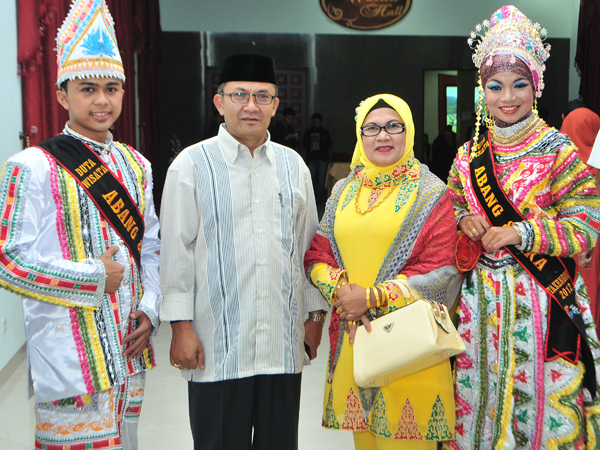 Pasangan Duta Wisata Aceh Tengah, Rizki Hawailaina dan Rahmat Akbar bersama Wakil Bupati Aceh Tengah beserta Nyonya Faridah Hanum.