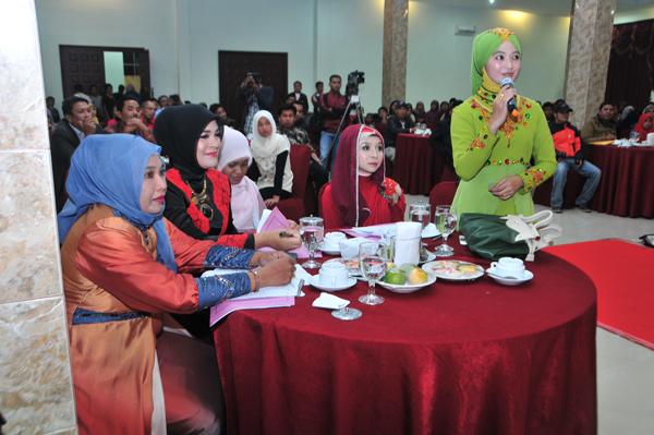 Para dewan Juri saat memberi penilaian terhadap para finalis Abang dan Aka Takengon 2013. (LGco | Kha A Zaghlul)