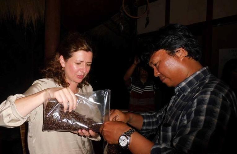 Seorang Pencicip minta oleh-oleh Kopi Gayo. (Doc. Win Wan Nur)