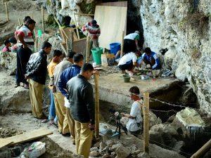 Para pengunjung menyaksikan kerja para arkeolog di lokasi penggalian (eskavasi) arkeologi di Loyang Mendale.