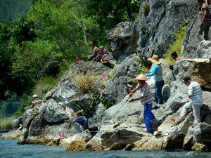 Suasana ketika lomba pancing ikan sedang berlangsung.(LGco-030)