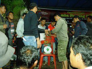 Penimbangan hasil pancingan ikan oleh juri dan panitia.(LGco-030)