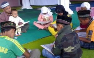 Ilsutrasi : Santri-santri TPQ sedang belajar mengaji Al-Qur'an. (Ist)