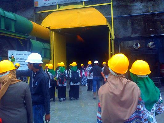 Siswa dan guru diberi kesempatan memasuki terowongan di Kampung Remesen Kecamatan Silih Nara