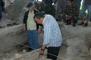 Arkeolog Ketut Wiradnyana bersama tokoh masyarakat Gayo, Tagore AB di Loyang Ujung Karang beberapa waktu lalu. (Kha A Zaghlul)