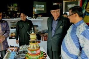 Bupati Aceh Tengah saat berada di stand Promo Wisata Aceh Tengah. (ist)