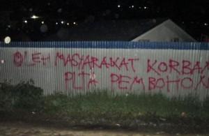Kalimat protes di dinding proyek PLTA Peusangan di Hakim Bale Bujang. (LGco | WM)