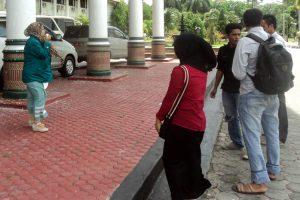 Lima Orang mahasiswa saat melancarkan aksi demo di depan Kantor Gubernur Aceh.(LGco-Saradi Wantona)