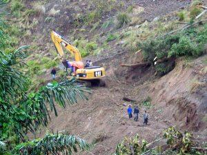 Pembukaan lokasi longsor dengan escavator/alat berat.(LGco-Al Zikri)