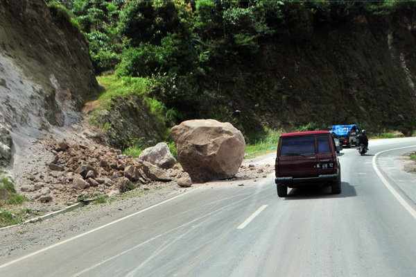 Batu besar berada di tengah jalan di kawasan Bukit Sama Takengon
