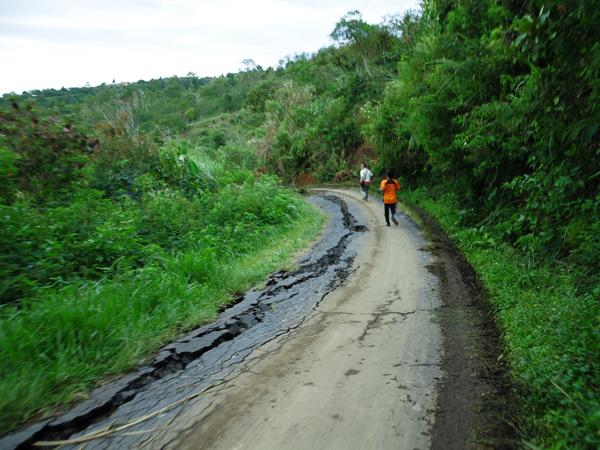 Jalan menuju Kampung Wih Nongkal, yang hampir amblas dan hanya bisa dilewati mobil ber ukuran kecil (LintasGayo.co : Muna)