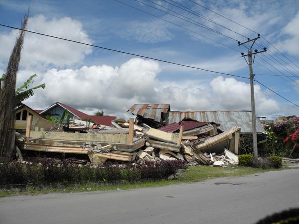 Bangunan rumah yang ambruk di jalan simpang perumnas - Takengon (LintasGayo.co : Muna)