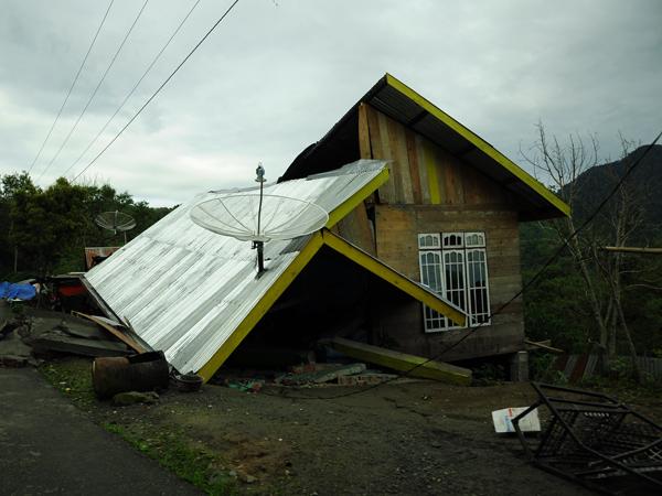 Rumah warga yang terbelah dua di Kampung Gelumpang Payung Kec. Kute Panang Aceh Tengah (LintasGayo.co : Muna)