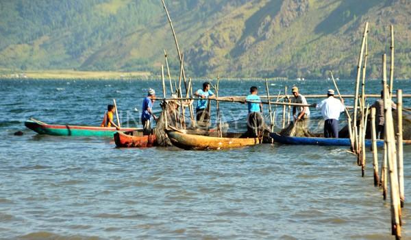 Nelayan danu Lut Tawar sedang menunggu hasil pencarian korban oleh tim GDC.