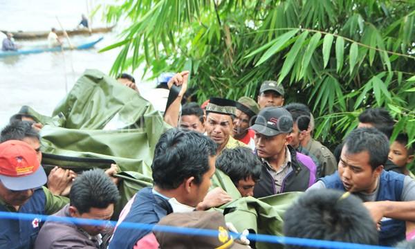 Evakuasi korban dari danau dilakukan oleh tim PMI Aceh Tengah diringi isak tangis keluarga