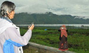 Gol A Gong saat membaca puisi Kopi di Dermaga Takengon, 8 Mei 2013 silam. (Kha A Zaghlul)
