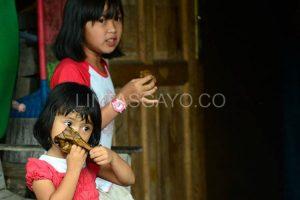 Anak-anak di Desa Lot Kala Kec. Kebayakan yang sedang menikmati Lepat. Gayo(LGco-Muna)