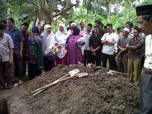 Prosesi penguburan Alm. Munasco. (foto fb. Muhyiddin Wincolis Natuah)