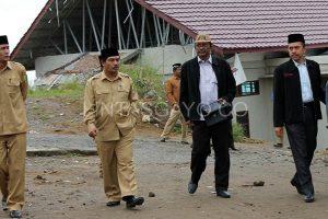 Pjs. Kakanwil Kemenag Aceh, H. Habib Badaruddin, S.Sos saat datang ke Aceh Tengah dan Bener Meriah, menyaksikan langsung kerusakan akibat gempa, pada Kamis, 4 Juli 2013(LGCo.Mahbub Fauzi)