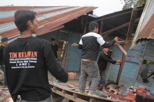 Anak muda kampung Miruek Aceh Besar dalam aktivitasnya membantu korban Gempa Gayo. (ist)