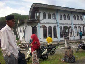 Saiman, warga Bies Pilar berdiri dengan tatapan kosong di depan meunasah kampung.(LGco-Ria D)