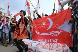 Demo bendera di DPRA beberapa waktu lalu.(LGco-Maskur)