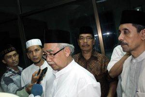 Gubernur dr Zaini Abdullah diwawancarai wartawan usai buka puasa bersama di PWI Aceh.(LGco-ghassa)