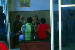 Para penikmat kopi di Caffee Pak Rasyid.(LGco.Arief Rahman)