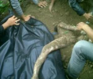 Salah satu korban tertimbun yang ditemukan tadi siang di Blang Mancung.(LGco.Adie EM)