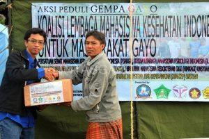 Rizki Wan Okta Bina menyerahkan bantuan kepada perwakilan pengungsi.(LGco-Istimewa)