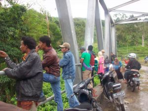 warga Desa Bah sedang mengamati proses evakuasi (LGco-Alzikri)