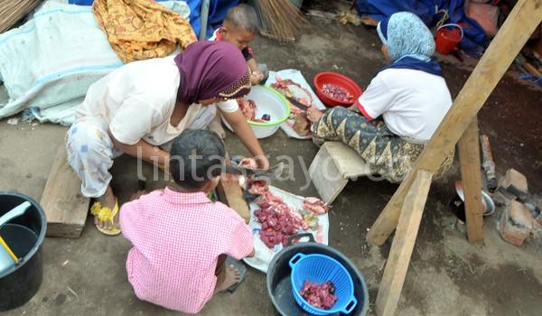 Ibu rumah tangga sedang menyiapkan daging Megang. (Kha A Zaghlul)