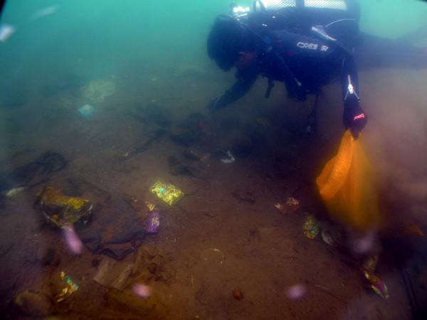 Atlit Gayo Diving Club (GDC) pungut sampah di dasar danau Lut Tawar, 5 Mei 2013. (Muna Ardi)
