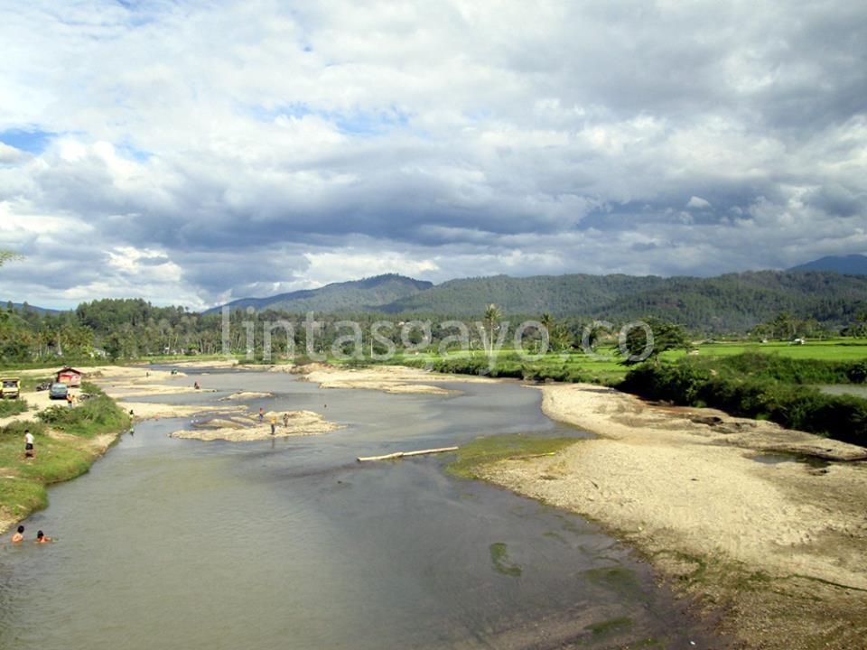 Sungai Badak di Desa Badak juga tampak kering akibat musim kemarau hingga merubah pola aliran sungai menjadi kecil. (LGco-Supri Ariu)