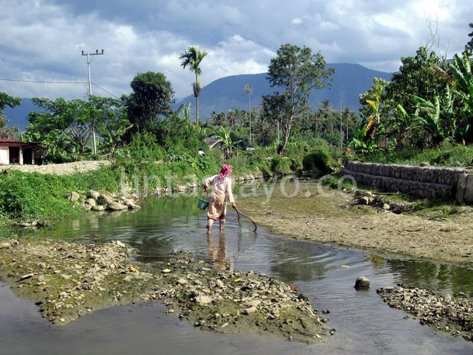 Sungai Kutelintang di Jalan Titi Gantung, Desa Kutelintang yakni jalan menuju Desa Badak. (LGco-Supri Ariu)