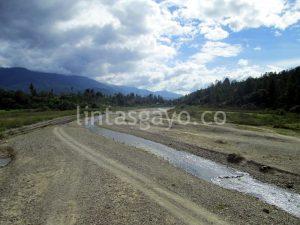 Sungai Leme di Desa Leme juga tampak kering. (LGco-Supri Ariu)