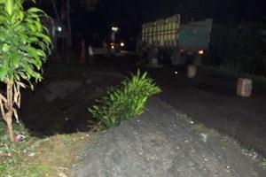 Badan jalan amblas di KM 77 jalan Takengon-Bireuen. (Kha A Zaghlul)