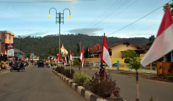 Bendera merah putih sudah berkibar di median jalan Lebe Kader Takengon. (Kha A Zaghlul)