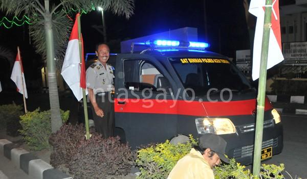 Pemasangan bendera dikawal pihak kepolisian Aceh Tengah. (Kha A Zaghlul)
