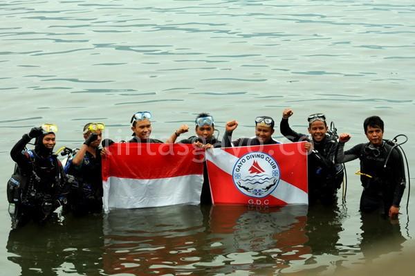 Peselam Gayo DC yang terlibat prosesi pengibaran Merah Putih dibawah air Danau Lut Tawar.(LGco-Munawardi)