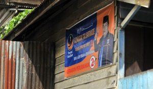 Baliho dipajang didinding rumah warga di persimpang ujung jembatan Bale Takengon