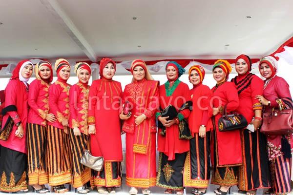 Para ibu-ibu istri pejabat foto bersama dengan pakaian khas Gayo.(LGco-aman ZaiZa)
