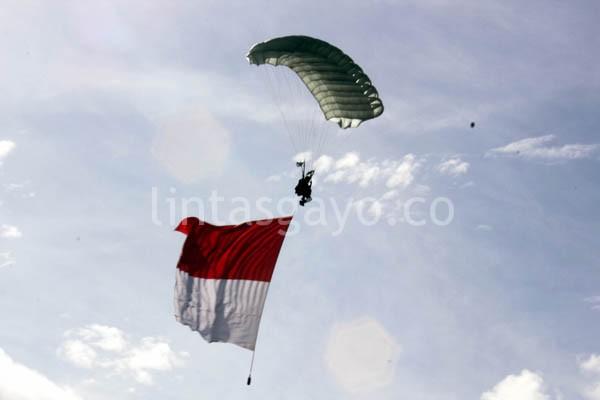 aksi terjung payung Personil Kostrad sambi membawa bendera merah putih.(LGco-aman.ZaiZa)