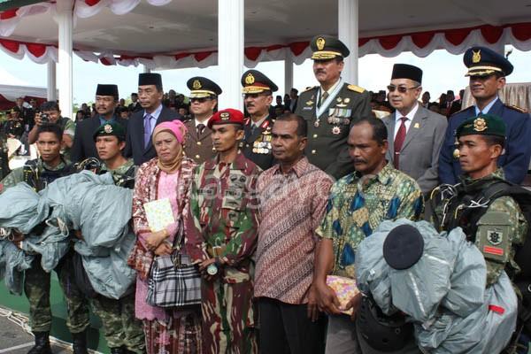 pejabat sipil dan militer di Aceh berfoto bersama dengan penerjun dan orang tua penerjun.(LGco-aman.ZaiZa)