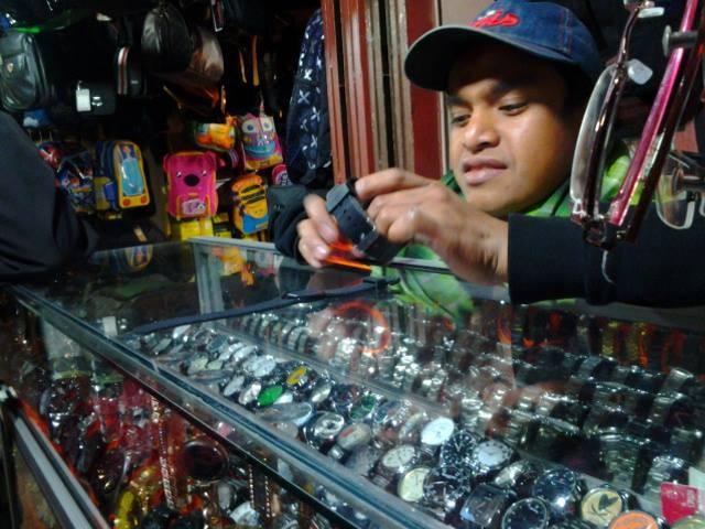 Penjual jam tangan di jalan Pasar Inpres