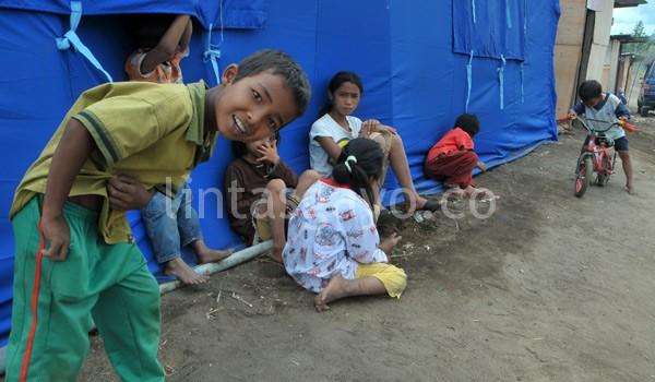Raut wajah anak-anak korban gempa sudah, mereka bermain bersama. (Kha A Zaghlul)
