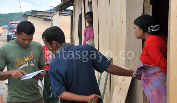 Pendistribusian bantuan uang oleh aparat kampung. Adil sama rata. (Kha A Zaghlul)