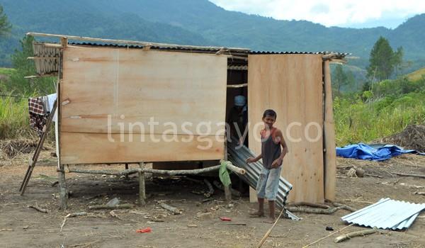 Warga masih disibukkan dengan pembangunan rumah darurat berbahan triplek. (Kha A Zaghlul)
