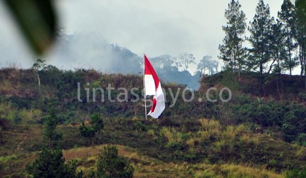 Merah Putih dikibarkan di Bur Ayangan Kebayakan oleh pemuda setempat. (Kha A Zaghlul)